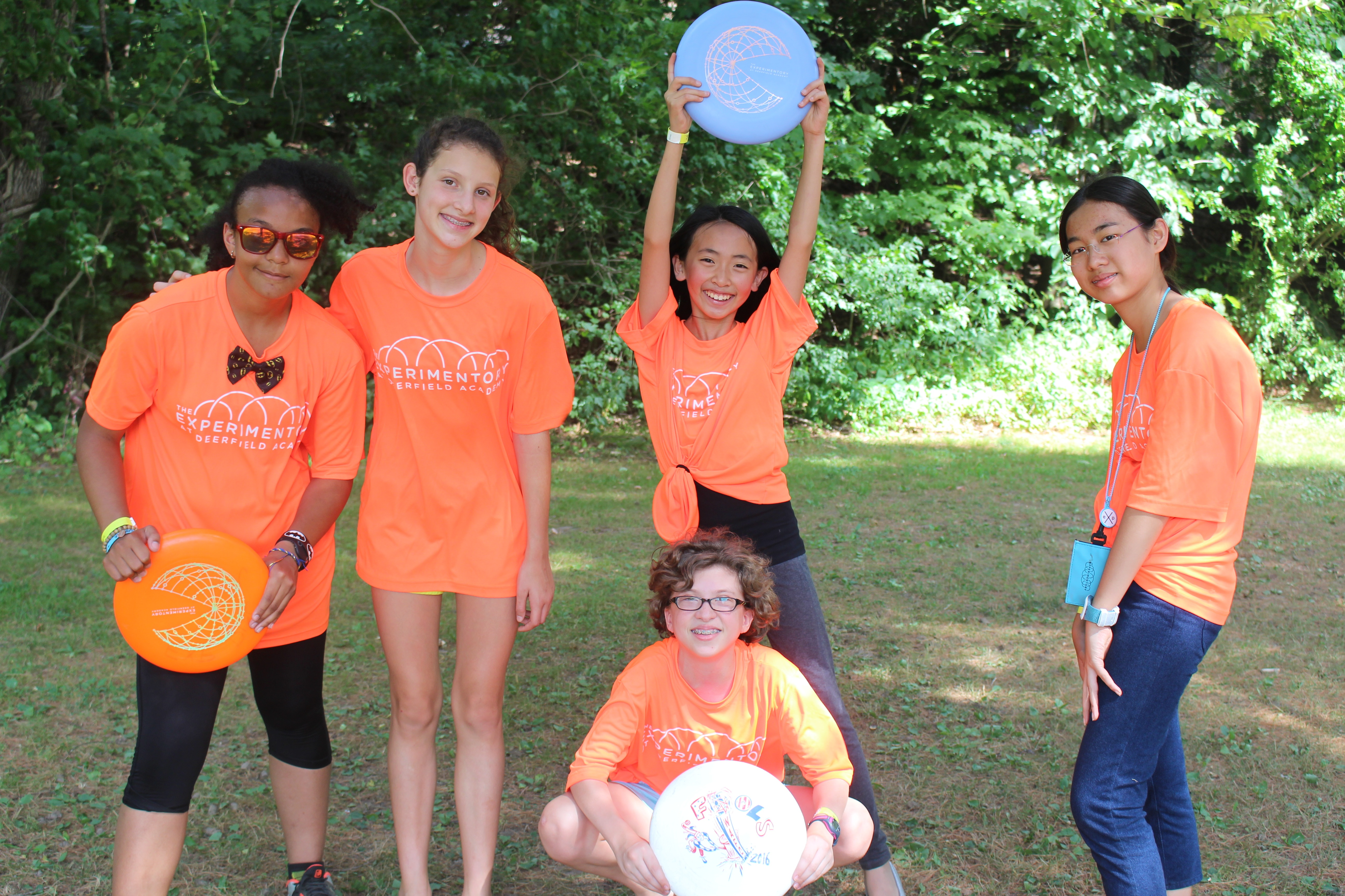 A group of Experimentory girls play frisbee after our picnic.